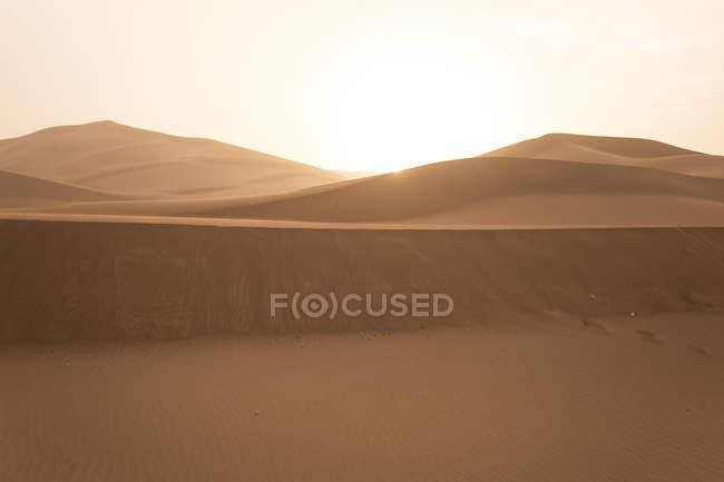 Silhouette de collines sablonneuses au coucher du soleil dans le Sahara désert, Erg Chegaga, Maroc, Afrique du Nord-Ouest — Photo de stock