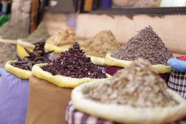 Close-up de sacos com especiarias diferentes no mercado tradicional Africano — Fotografia de Stock