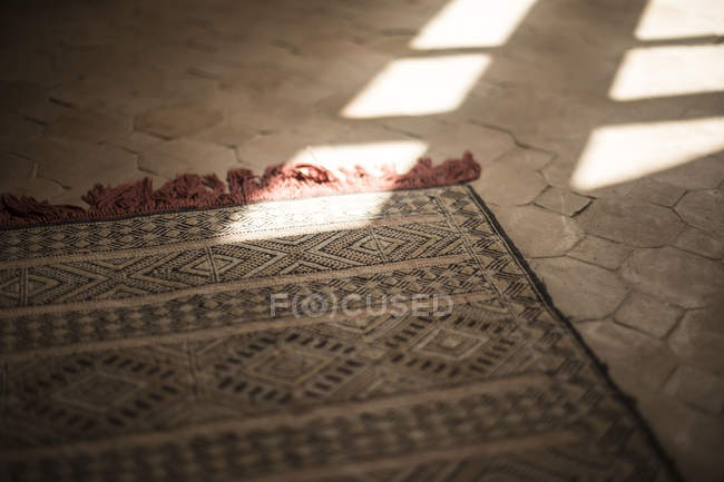 Détail du tapis traditionnel en bâtiment, Taroudant, Maroc — Photo de stock