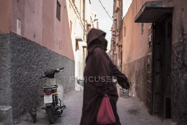 Street scene with local passerby in ancient Marrakesh town, Morocco — Stock Photo