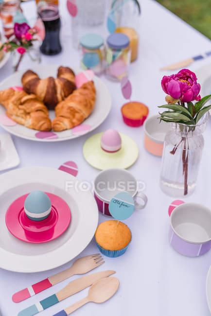 Tabla colores decoradas de Pascua - foto de stock