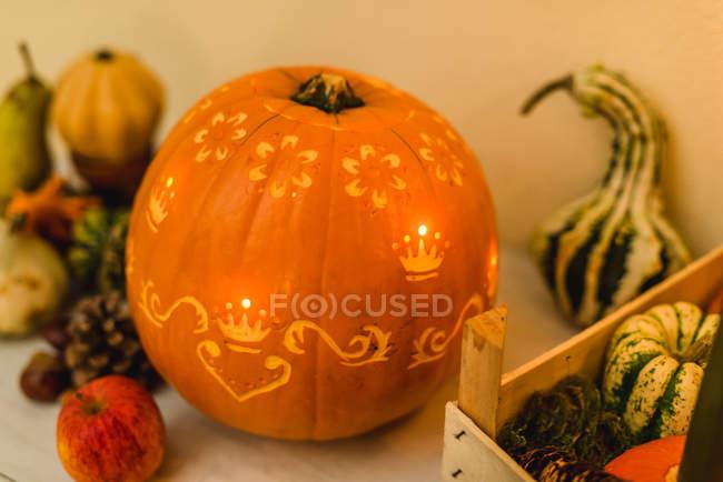 Otoño decoración calabaza tallada con iluminación - foto de stock