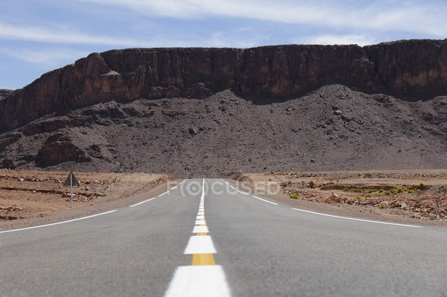 Road through arid landscape in Tizi-n-Tinififft, Morocco — Stock Photo