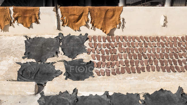 Leather goods and animal skins of market in Marrakesh, Morocco — Stock Photo