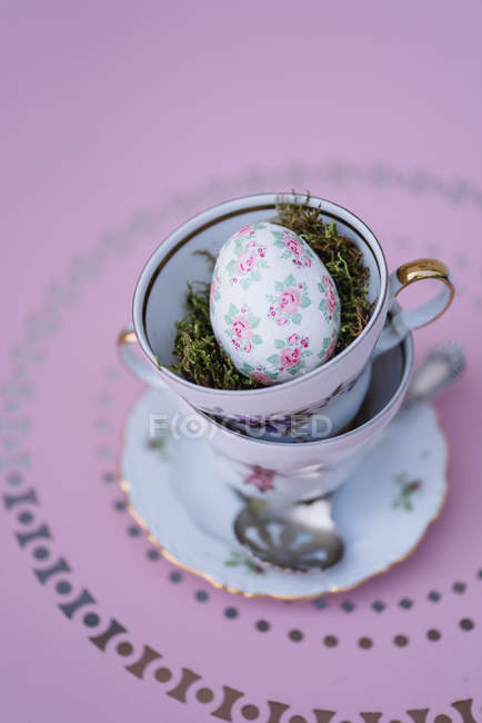 Easter decoration with stacked coffee cups and Easter egg — Stock Photo