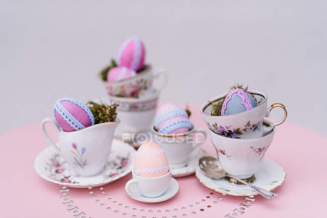 Easter decoration for coffee service with Easter eggs decorated with lace — Stock Photo