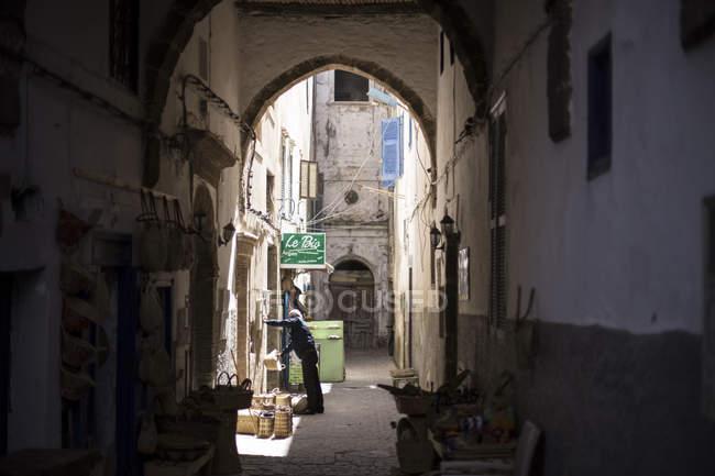 Vicolo stretto e costruzione arco in Essaouira, Marocco — Foto stock
