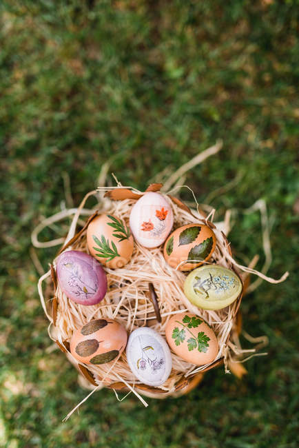 Easter decoration with colorful eggs on green grass — Stock Photo