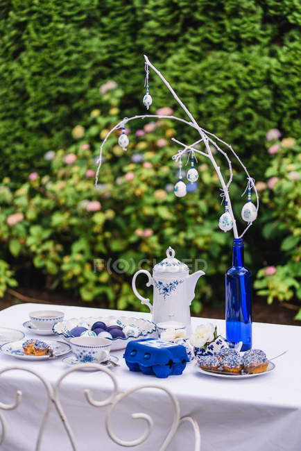 Garden table with Easter decoration in blue tones — Stock Photo