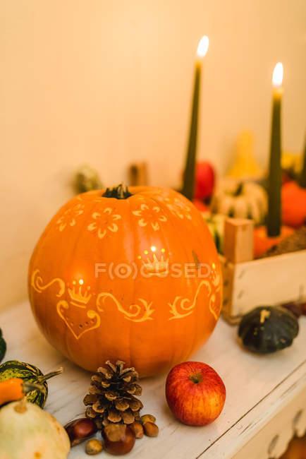 Autumnal décoration citrouille sculptée avec éclairage — Photo de stock