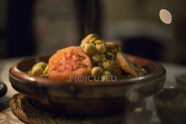 Typical Moroccan dish with peas and tomatoes — Stock Photo