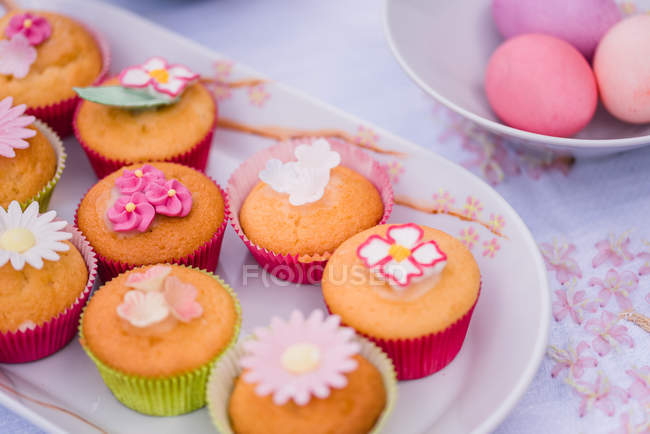 Close-up di muffin decorati e uova di Pasqua dipinte sulla tabella — Foto stock