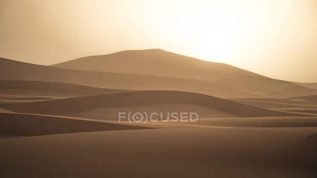 Sagoma di colline di sabbia al tramonto nel Sahara deserto, Merzouga, Marocco, Africa nord-occidentale — Foto stock