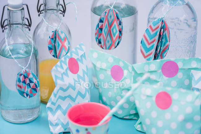 Easter decoration of paper bags and bottles of drinks — Stock Photo