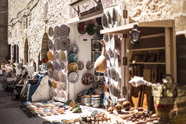 Ceramic dishware in traditional souvenir shop of Essaouira, Morocco — Stock Photo