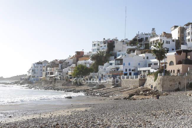 Ansicht der Küstenstadt mit traditionellen Gebäuden und Strand, Taghazout, Marokko — Stockfoto