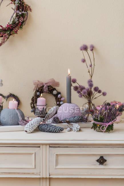 Décoration automnale de buffet avec des matériaux naturels dans des couleurs pastel — Photo de stock