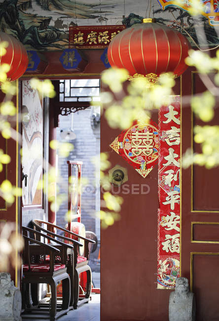Traditional oriental elements in quadrangle dwelling courtyard, Beijing, China, Asia — Stock Photo