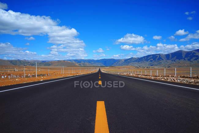 Пейзаж з західним Китаєм шосе, Тибет Автономний регіон, Китай, Азія — стокове фото