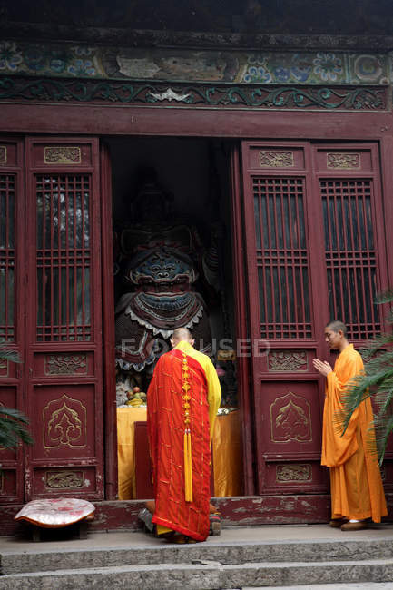 Buddhist monks praying at temple in Xian City in China, Asia — Stock Photo