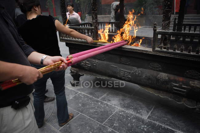 People burning sacred flame in White Horse Temple, Henan, China, Asia — Foto stock