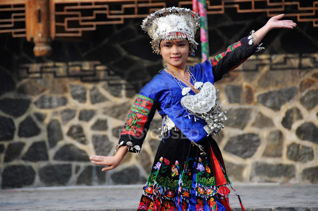 Young woman dancing in Qianhu Miao village in Guizhou, China, Asia — Foto stock