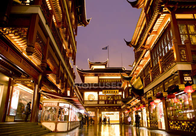 Chenghuang temple building illuminating at night and Yuyuan Architecture, Shanghai, China, Asia — Stock Photo
