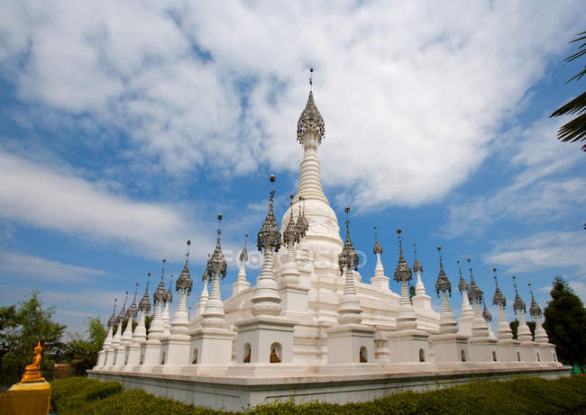 Dai architecture cultural white stupas in China, Asia — Foto stock