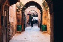 Резервного зору людей йшов по вузьких вуличку з арки в Марокко, Африка — стокове фото
