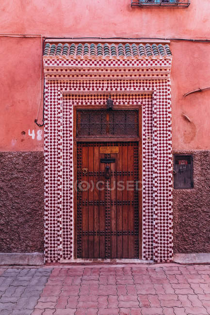 Old wooden door and tiled doorway on city street in Morocco, Africa — Stock Photo