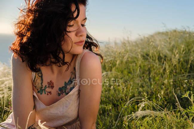 Retrato de jovem morena com tatuagem, foco em primeiro plano — Fotografia de Stock
