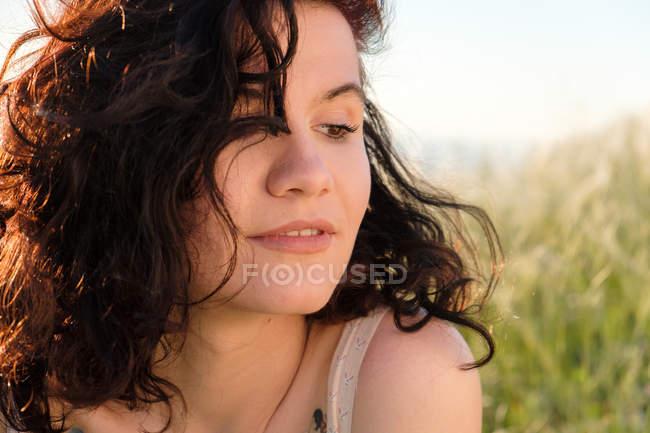 Портрет молодой женщины брюнетка, фокус на переднем плане — стоковое фото