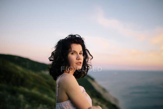 Портрет красивой молодой женщины против Восход, фокус на переднем плане — стоковое фото