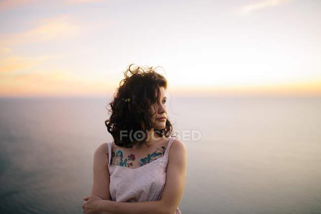 Портрет красивой женщины против море, фокус на переднем плане — стоковое фото