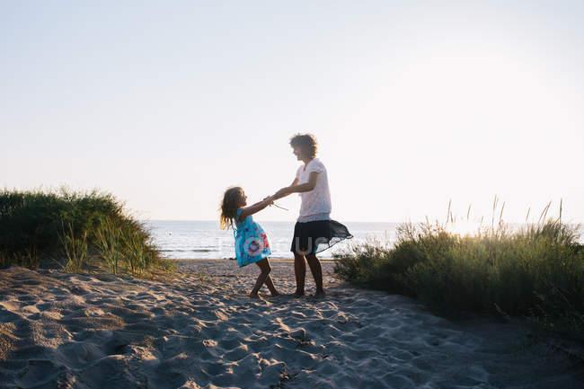 Мати і дочка веселяться на пляжі, селективний фокус — стокове фото