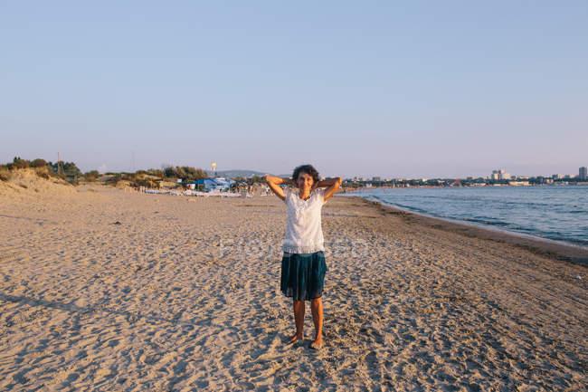 Porträt einer Frau mittleren Alters am Strand, selektiver Fokus — Stockfoto