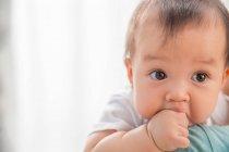 Vue rapprochée de la belle enfant infantile asiatique à la maison — Photo de stock