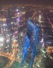 Vista aérea del majestuoso paisaje urbano de Shanghai con rascacielos y calles por la noche - foto de stock