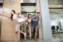 Jovem profissional asiático negócios pessoas correndo de elevador para local de trabalho no escritório — Fotografia de Stock