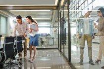 Jeunes collègues professionnels qui travaillent ensemble dans un bureau moderne — Photo de stock