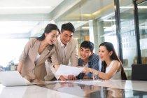 Giovani professionisti asiatici uomini d'affari che lavorano con documenti in ufficio — Foto stock