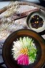 Вид сверху на вкусную азиатскую лапшу с нарезанными овощами и бобами — стоковое фото