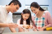 Feliz asiático familia con un niño cocinar juntos en cocina - foto de stock