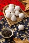 Nahaufnahme der köstlichen traditionellen chinesischen klebrigen Reisbällchen im Weidenbehälter — Stockfoto
