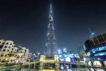 DUBAI, EMIRATI ARABI UNITI - 7 ottobre 2016: Famosa torre del Burj Khalifa di notte . — Foto stock
