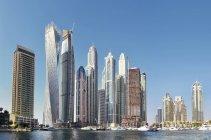 Dubai, Emirati Arabi Uniti - 6 ottobre 2016: Edifici futuristici a Dubai Marina, Emirati Arabi Uniti — Foto stock