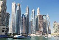 Dubai, Emirati Arabi Uniti - 6 ottobre 2016: Edifici futuristici a Dubai Marina . — Foto stock