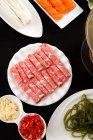 Верхний вид на нарезанное мясо, овощи и медь горячий горшок, износох блюдо концепции — стоковое фото