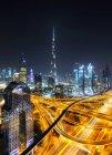 DUBAI, EMIRATOS ÁRABES UNIDOS - 7 de octubre de 2016: La torre Burj Khalifa por la noche, la estructura artificial más alta del mundo, mide 828 m . - foto de stock