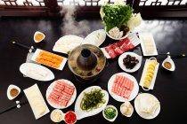Високий кут зору різних інгредієнтів, паличками та міді гарячий горщик, зав'язується стійка перетирання концепція блюдо — стокове фото
